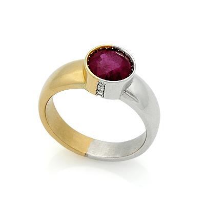 Лот - золотое кольцо с большим рубином